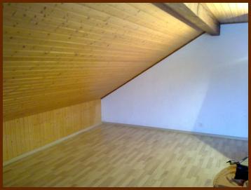 Plafond en lame d'épicea du nord, revêtement sol en pergo